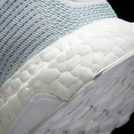 鞋跟處的湖水綠線條是以海浪作為設計概念,呈現出此鞋款守護海洋的獨特意義。