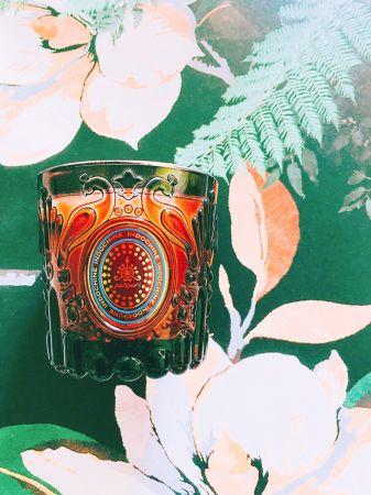 承認第一眼就被Panpuri華麗孔雀雕紋燭杯迷倒。在台灣還沒有正式專櫃,Panpuri在泰國當地可是等同頂奢芳療代名詞。某次在曼谷機場轉角被整牆華麗氣勢震懾,舒服的氣味更讓人久久無法離去。很愛這款萃取自:橙皮、檸檬草、薰衣草的Indochine Botany精油香氛蠟燭,完全不嗆鼻外,柑橘的清新和極少薰衣草的溫甜,點燃三至五分鐘就能有走入嗅覺SPA的放鬆感,非常適合周間壓力大的夜晚,一回家就燃點起來釋放一天的壓力疲憊。推薦者:Marie Claire 生活資訊編輯 安姬