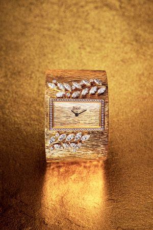 18K玫瑰金腕錶錶殼鑲飾69顆圓形美鑽(約重0.50 克拉)「宮廷」細節18K玫瑰金錶盤18K玫瑰金「宮廷」細節金質鏈帶 , 鑲飾19顆馬眼形切割鑽石(約重4.37 克拉)及9顆圓形美鑽(約重0.37 克拉)搭載伯爵製 56P石英機芯限量款式 G0A41224台幣參考價格6,800,000元