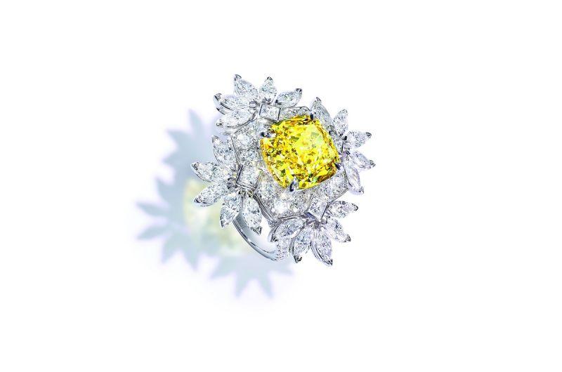 18K白金指環, 鑲飾單顆枕形切割黃鑽(FVY-VS2, 約重5.85克拉)、20顆馬眼形切割鑽石(約重2.80克拉)、76顆圓形美鑽(約重1.35克拉)、4顆公主式切割鑽石 (約重0.04克拉)G34HK800台幣參考價格28,200,000元
