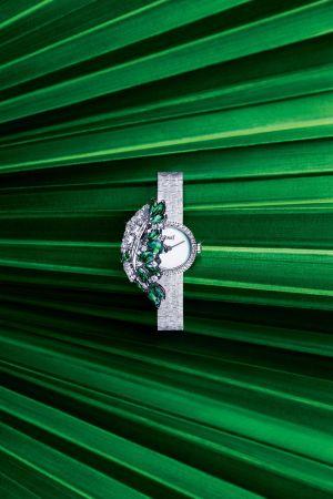 18K 白金神秘腕錶錶殼及錶蓋鑲飾13顆馬眼形切割祖母綠寶石(約重4.65克拉)、57顆圓形美鑽(約重3.26克拉)及8顆長方形切割鑽石(約重0.46克拉)白色珍珠貝母錶盤18K白金「宮廷」細節金質鏈帶搭載伯爵製 56P石英機芯限量款式 G0A41266台幣參考價格6,450,000元
