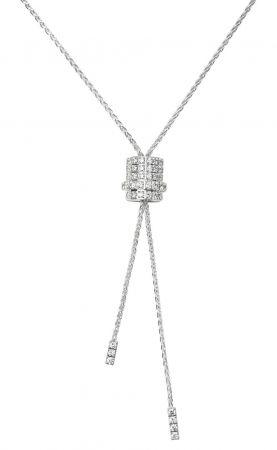 在「金馬榮耀時刻」時尚大片裡,周冬雨配戴Possession 系列珠寶,利用垂飾、耳環、指環、手鐲等多層次混搭出她可人的青春氣息。此圖為Possession白金墜鍊。