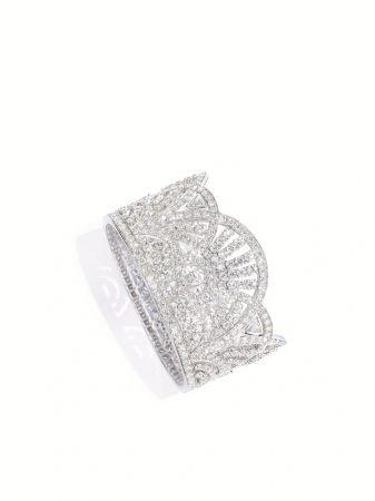 Sunny Side of Life18K白金手鐲鑲嵌547顆圓形美鑽(約重26.38克拉)、3顆梨形切割鑽石(約1.26克拉)及4顆三角形切割鑽石(約0.80克拉)G36M3700台幣參考售價 8,050,000元