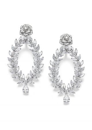 Limelight Rose Passion18K白金耳環鑲嵌214顆圓形美鑽(約重6.71克拉)、72 顆馬眼形切割美鑽(約重12克拉) 、2 顆梨形切割美鑽(總重約3.02 克拉)G38LS500台幣參考售價 9,200,000元