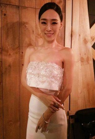 《再見瓦城》首映會上,吳可熙以一襲潔白的連身禮服,搭配Tiffany & Co的珠寶現身。