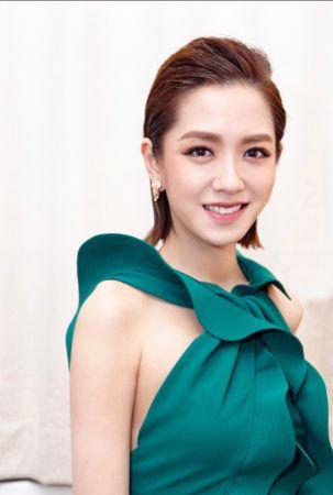 金馬獎星光大道主持人楊千霈的珠寶細節圖片為《美麗佳人》所有,未經授權請勿轉載