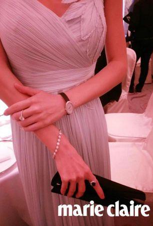 在金馬獎前夕的金馬酒會上,吳可熙穿著斜裁禮服出席,更別出心裁的搭配了Tiffany & Co的腕表與戒指、耳環,甜美中帶有個性。