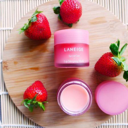 睡美人極萃滋養晚安唇膜,常態是粉紅色的莓果香。(IG@laneigesg)