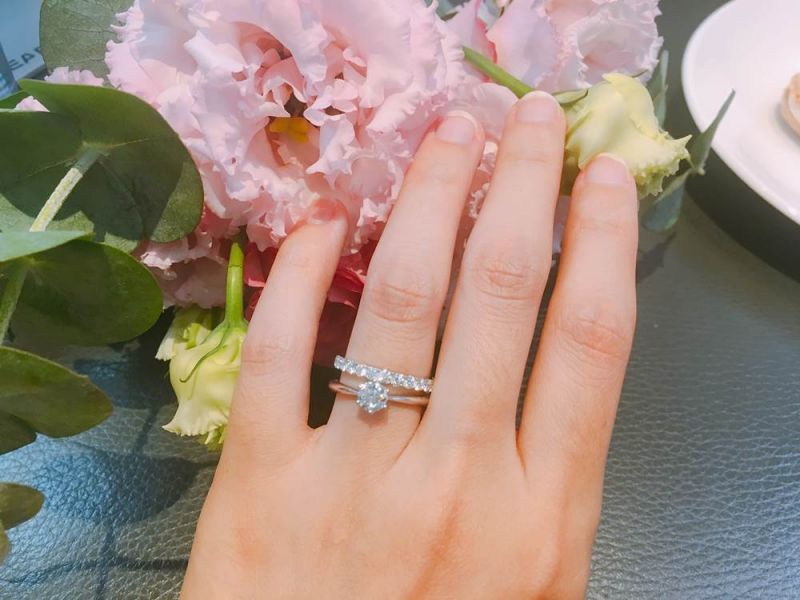 六爪鑲嵌款式的戒圈有逐漸收細的設計(靠近鑽石部分的戒圈較細),能為主石帶來放大克拉數的視覺效果。