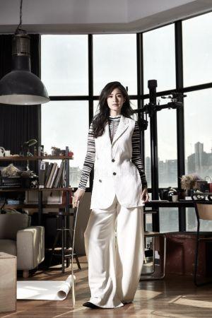 斑馬紋印花上衣、無袖西裝背心、白色寬版長褲,all by Proenza Schouler;粗跟短靴,ALLSAINTS。