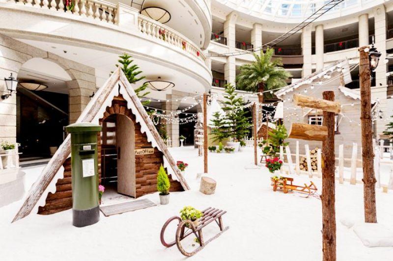 歐式建築外觀的BELLAVITA,延續今年自然主題,特別將北歐小鎮搬至寶麗中庭廣場內,布置了皚皚雪地、鄉村小木屋、還有溫馨聖誕佈置,抬頭還會有在空中飛翔的聖誕老公公雪橇。「週末專屬聖誕攝影活動」,自12.10開始連續三個周六,將有專業攝影師駐點為您拍下在聖誕老人村的紀念照片,可現場領取照片,為遊客留下聖誕美好時光。