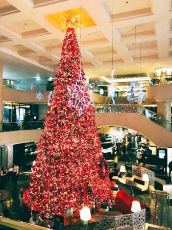 台北晶華酒店飯店中庭矗立起全台北市最高室內三層樓巨型聖誕樹、吊掛16盞聖誕造型的大型燈具,11月25日至2017年1月1日,週一至週五晚間6點至10點,週末及聖誕節中午12點至下午5點、晚間6點至10點、中庭的azie也會有「我愛聖誕老公公」合照活動,現場將請到聖誕老公公與大小朋友歡樂合影,拍立得相片附贈精選相框,每張售價100元,以最溫馨華麗的聖誕氛圍、留下佳節回憶!
