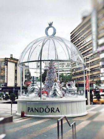 位在台北忠孝SOGO復興館外的 巨大Pandora 雪花球,每到整點,聖誕老人與薑餅人以及雪人將隨著音樂翩翩起舞,帶領大家進入充滿歡樂的魔幻世界,一同迎接繽紛聖誕