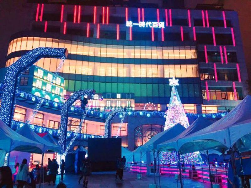 統一時代百貨台北店二樓夢廣場以愛sharing為主題,裝置出多個燈區裝置。有聖誕樹主燈、愛轉轉旋轉木馬、珍愛巴黎、夢想起飛熱氣球、雪鈴吐許願池、聖誕小屋、星空光廊等燈區。