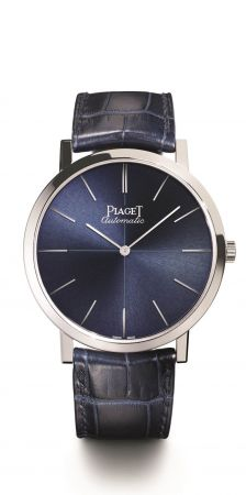 Piaget Altiplano 六十周年系列腕錶43 毫米,18K白金腕錶,藍寶石水晶底蓋藍色錶盤,十字紋,白金時標藍色鱷魚皮錶帶,搭配18K白金針扣式錶釦功能: 時、分搭載伯爵製1200P自動上鏈機芯,厚2.35毫米動力儲存:約44小時振頻:每小時21600次機芯寶石數:25零件數目:180細節修飾:環形日內瓦波狀飾紋, 磨光圓紋主夾板, 倒角錶橋, 藍鋼螺絲, 鐫刻伯爵家徽22K深灰色玫瑰金擺陀, 刻有代表伯爵的「P」字母標誌限量360枚,2017年4月於伯爵專賣店發售G0A42105 台幣參考價格815,000元