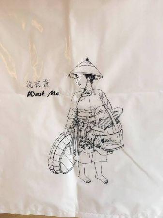 以古早的在地居民尋常穿著作為插畫的洗衣袋