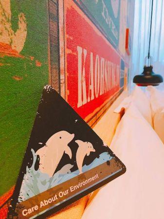 客房床上擺置的環保卡,正面是可愛的海豚造型