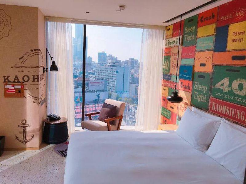 三種造型客房牆面,其一是以木箱海關戳章作成設計主題