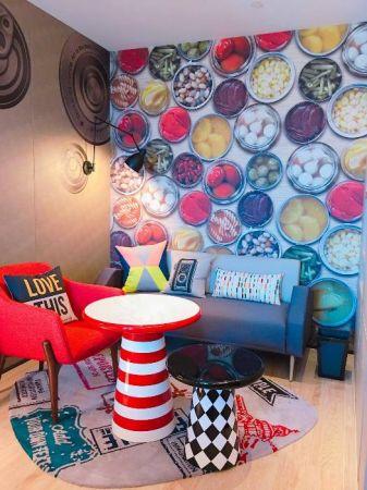 高雄在地小吃通通成為牆面裝飾,異國風情國旗幾何圖案變身為造型小客廳桌椅抱枕等軟件