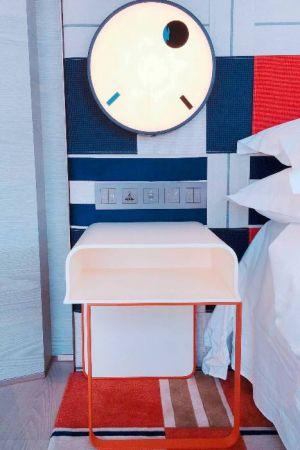 早期是進口大宗舶來品的吞吐港口,象徵高級品的手錶,成為壁燈設計靈感