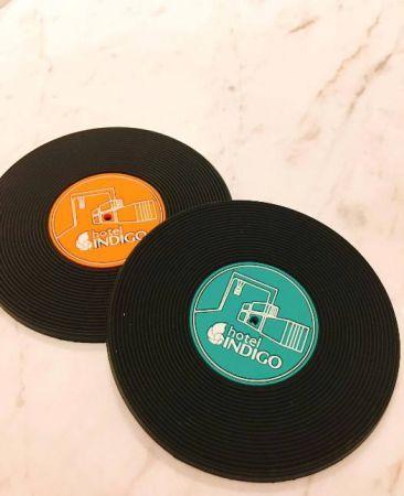 黑膠唱片也是早期的舶來品之一,變身成為客房內的馬克杯杯墊