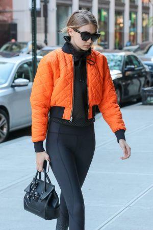超級名模吉吉哈蒂德(Gigi Hadid)手提Palazzo Empire黑色牛皮提包於紐約街頭, NT$76,000