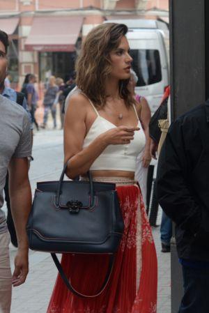 超級名模亞歷桑德拉(Alessandra Ambrosio)手提Palazzo Empire黑色牛皮提包現身於巴西街頭, NT$106,000
