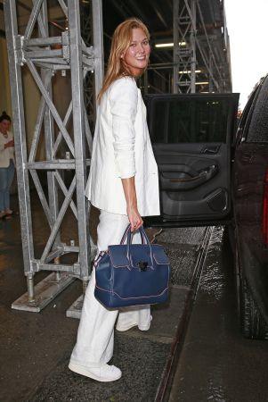 超級名模卡莉克勞斯(Karlie Kloss)手提Palazzo Empire藍色牛皮提包漫步於紐約街頭, NT$106,000