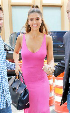 好萊塢女星潔西卡艾芭(Jessica Alba)手提Palazzo Empire黑色牛皮提包於紐約街頭, NT$106,000