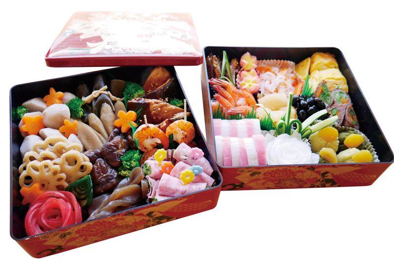 日本新年料理胎胎說說到日本新年,最不可缺的就是那大盒大箱的豪華料理了。雖然製作費時又費工,但每道料理幾乎都有著各自代表的含意喔。這次跟卡桑一起做的是比較基本定番款,口味標準也是依照上田家所習慣的口感比例下去製作,與大家分享。阿桃卡桑說おせち料理有著古代日本人,因為感謝大自然與神的恩惠,讓他們作物豐饒,而做來供奉用的節供料理,也有著家內安全,子孫繁榮,作物豐收等祈願之意。如此豪華與量多的料理,還有一個有趣的傳說,古代女子每天辛苦忙於家事與料理,為了讓他們能夠在正月三日間好好休息,也為了不要騷動廚房而打擾到新年迎來的神。只是隨著地區與家庭習慣不同,料理的食材也有許多變化,甚至演變至求效率與省時的現今,在外面店家訂購也都是習以為常之事。裝箱擺盤都有意思的喔!看似簡單的裝箱擺盤也有著許多含意,「重箱」是用來裝這些料理的精緻盒子的名稱。阿桃卡桑說:重箱裝的新年料理,正式來說是四層,也有五層。且在古代時,每層都有規定各自擺放的食材與方式,但因為地區與家庭習慣,漸漸的也變得自由化,像上田家就只有兩層,擺法也比較隨性。