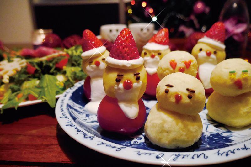 馬鈴薯泥聖誕小公公vs 胖雪人  份量:1 人份材料• 馬鈴薯/ 3 大顆• 日式美乃滋/ 3 大茶匙• 胡椒鹽/適量雪人裝飾備料:• 草莓/ 4 ~ 5 顆• 鮮奶油/適量• 彩色巧克力/適量• 菓子用造型糖片/適量• 番茄醬/少量步驟1 將馬鈴薯洗淨去皮,放入耐熱容器,以600W微波加熱約3~4 分鐘,變軟後用湯匙將馬鈴薯壓碎,再加入美乃滋與胡椒鹽拌成麵糰狀。2 將馬鈴薯泥分成數中,小等份後搓圓,再將中等份擺成雪人的下半身,小等份放在中等份上面。3 在雪人頭上擠上適量的鮮奶油,將草莓洗淨去蒂,倒立擺放在鮮奶油上,即成為雪人的帽子,另外將鮮奶油擠在雪人嘴部,當作鬍子。4 最後再用彩色巧克力或菓子用造型糖片,裝飾成雪人五官即可。胎胎memo1. 若是馬鈴薯泥太乾,可酌量加入些鮮奶調整。可另外加入適量咖哩粉,做出咖哩風味的馬鈴薯泥也不錯喔!2. 可沾取些許鮮奶油當作雪人上下半身的上下接著劑。
