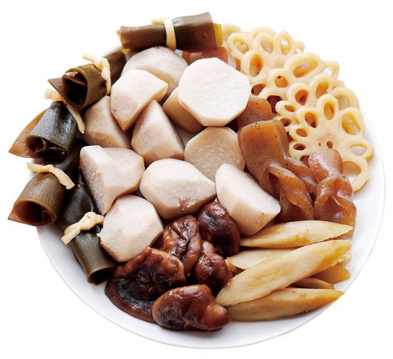 新年料理重箱第一層 份量:3 ~ 4 人份和風煮物象徵意義和風煮物是以根菜類為中心,並搭配當季的野菜一起煮出的一道綜合料理,代表著家族感情良好,力量團結。且有趣的是,食材們各自有著不同含意:「小芋頭」有著祈求健康小寶寶之意;「香菇」意味著元氣健壯;「編結蒟蒻」意味著結好緣;「蓮藕」因為有著許多洞孔意味著有先見之明;「牛蒡」代表細長永久幸福;「昆布卷」也有著不老長生之意。