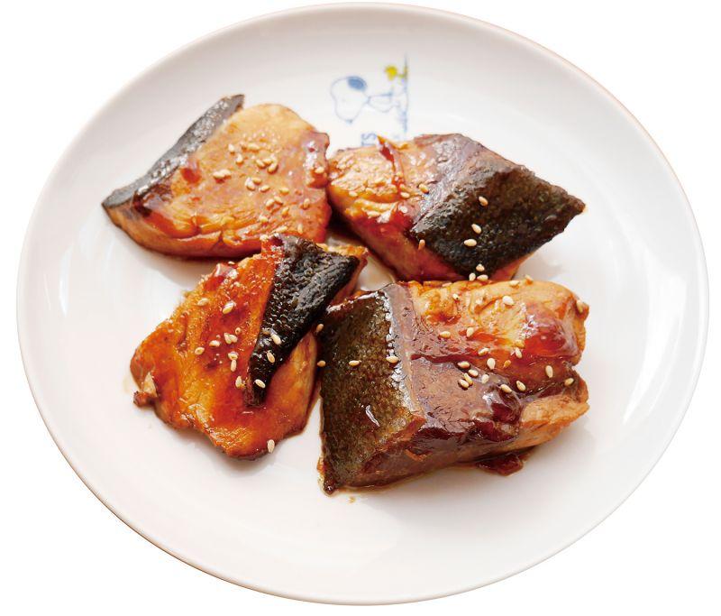 新年料理重箱第一層 份量:3 ~ 4 人份照燒青甘鰺象徵意義青甘鰺是種隨著體型成長變大,名字也會跟著改變的一種特殊魚類。在日本也被稱作「出世魚」;「出世」在日文裡意味著出人頭地,此料理也有著祈求出人頭地,成功之意。