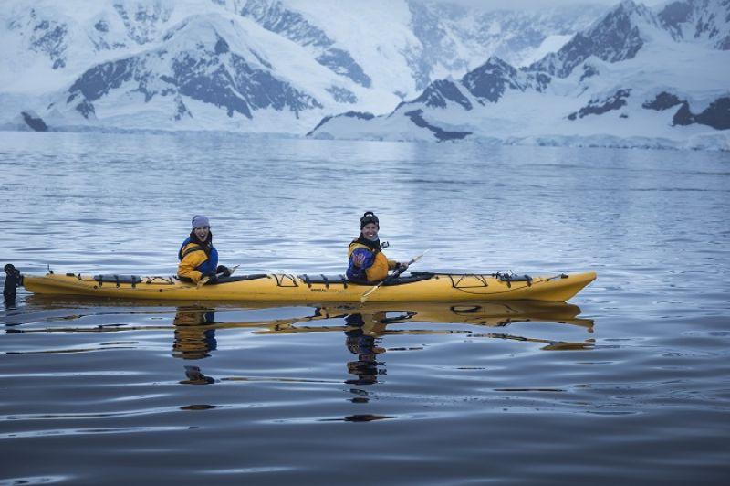 我們在南極划獨木舟,看到許多鯨魚