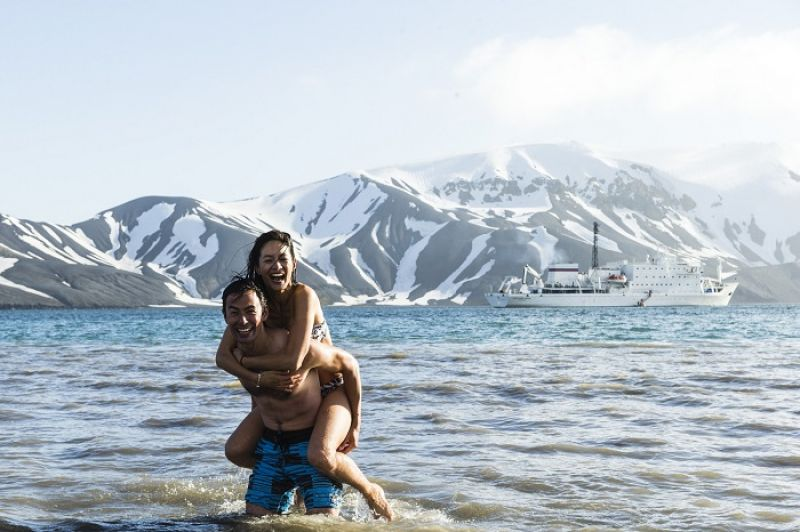 我們玩了跳水 Take the plunge,是「豁出去/結婚」的雙關語。