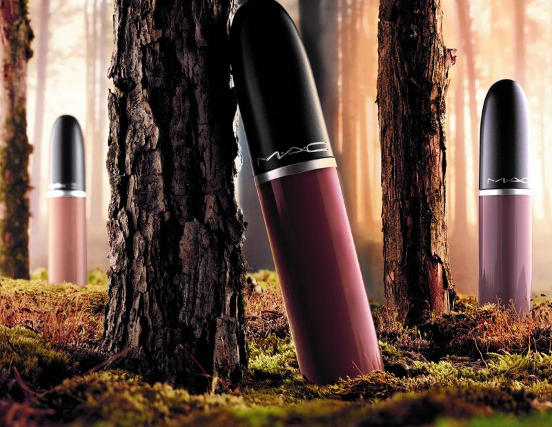 M.A.C超霧感唇釉迷人之處:-妝感:純粹、濃郁的粉霧感-色澤:高彩度顯色顏料科技,兼具高顯色度及保濕度,輕輕一抹便能呈現大膽飽和的濃郁色彩,並可立即隱型唇紋,呈現最完美的唇妝效果。-質地:獨家液態唇膏設計,內含的長效滋潤配方,輕盈水潤的質地能讓你輕鬆的均勻上色,上妝經過幾秒後,唇彩直接與雙唇完美的緊密結合,呈現純粹、濃郁、麂皮絲絨般質地的時尚粉霧感;可以持妝長達8小時不脫屑不掉色,讓雙唇保持滋潤舒適的美麗感受。全新8色,5ml / NT$1000