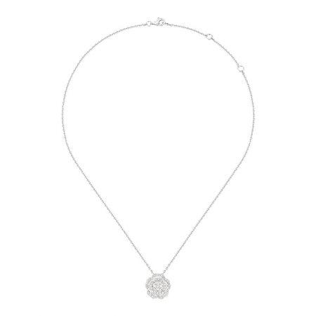 Bouton de Camélia 項鍊18K白金,鑲嵌41顆總重0.34克拉明亮式切割鑽石。建議售價NTD170,000元