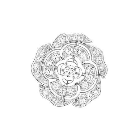 Bouton de Camélia 胸針18K白金,鑲嵌48顆總重1.99克拉明亮式切割鑽石。建議售價NTD474,000元