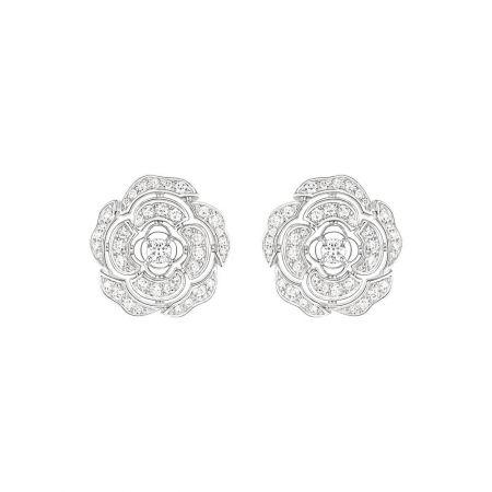 Bouton de Camélia 耳環18K白金,鑲嵌82顆總重0.65克拉明亮式切割鑽石。建議售價NTD299,000元
