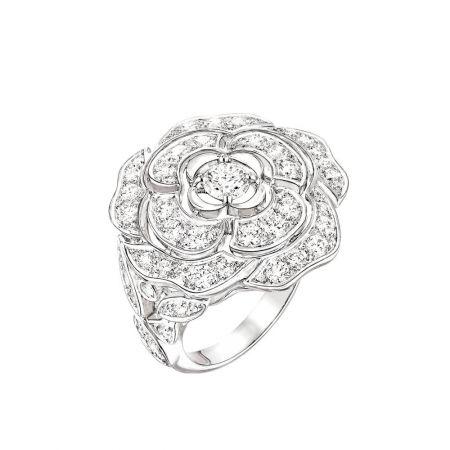Bouton de Camélia 戒指_大型款18K白金,鑲嵌70顆總重1.41克拉明亮式切割鑽石。建議售價NTD364,000元