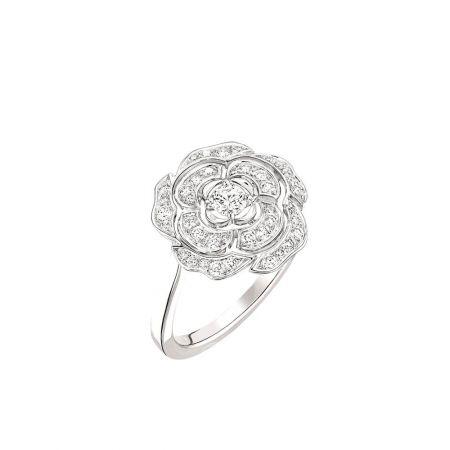Bouton de Camélia 戒指_中型款18K白金,鑲嵌41顆總重0.33克拉明亮式切割鑽石。建議售價NTD158,000元