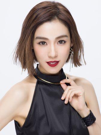 植村秀全新無色限粉霧保濕唇膏代言人范瑋琪示範新宿時尚紅