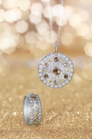 DE BEERSTalisman 系列白K金鑽石原石戒環 NTD 365,000; Talisman系列白K金鑽石原石鍊墜 NTD 420,000