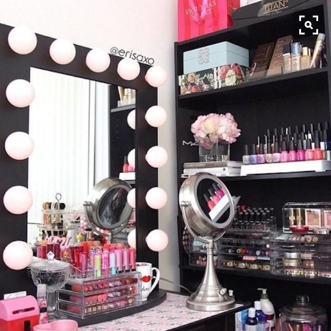 為牆面設計一面LED鏡子,梳妝台立刻變身。