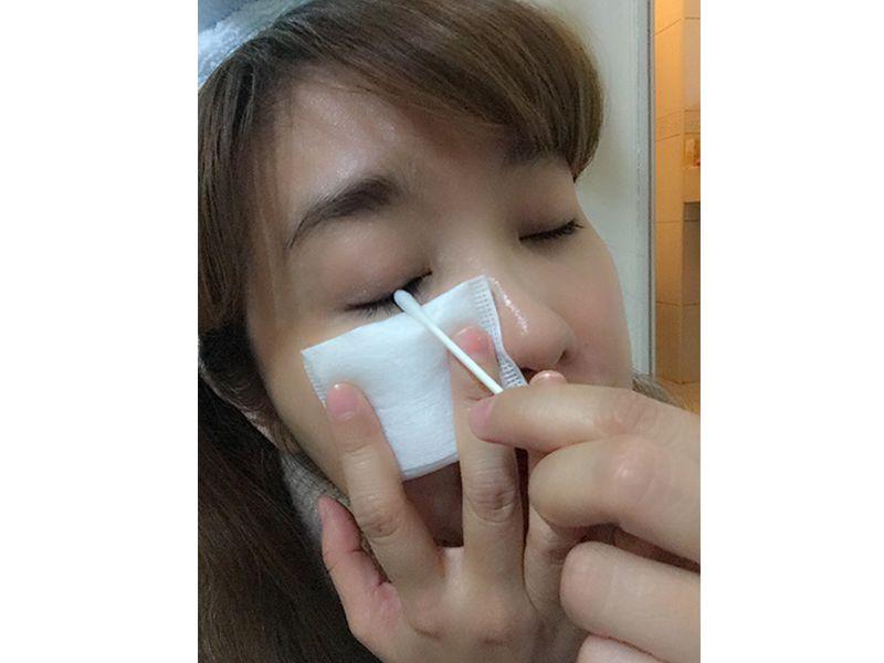 針對超頑固的防水彩妝,不妨以棉花棒沾濕卸眼液後,局部加強卸除。