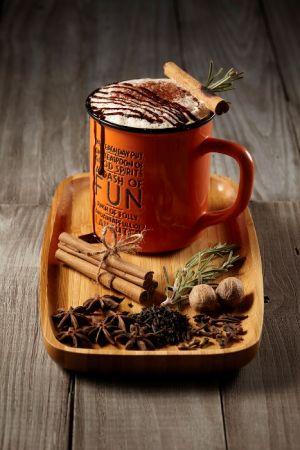 鄉 Asian Winter材料:白糖10g、鮮奶300ml、馬薩拉香料一包、泰式紅茶葉半杯量、濃縮咖啡半份、煉乳少許。步驟:1. 先將白糖燒到焦化,接著加入牛奶及馬薩拉香料,用中溫慢煮20~30分鐘後,瀝去香料備用。2.泰式熱紅茶與煉乳充分調勻。3.最後將馬薩拉香料奶、泰式奶茶和半分濃縮咖啡一同調入大馬克杯中,搭配棉花糖或消化餅一起享用。