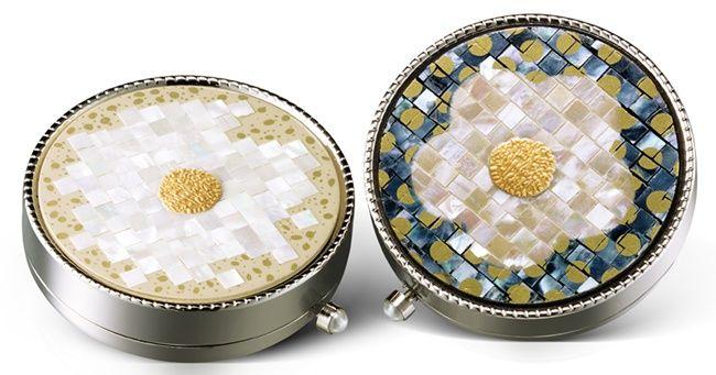雪花秀2014花釉香粧盒&花釉彩妍盒乍看之下類似馬賽克的效果,是先運用了精湛技法將珍珠母貝切割出細薄的形狀後再融合為圖案後,之後打磨光亮再上漆,讓梅花線條更為柔和、自然。