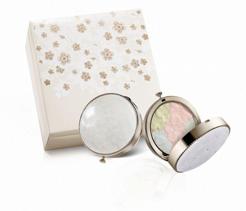雪花秀2012花釉香粧盒&花釉彩妍盒於冰雪中綻放的寒梅,不僅象徵堅忍與高雅,更代表了端莊的古典之美。這年以純白的陶製粉盒來呼應仕女的優雅純淨,在「花釉彩妍盒」粉盒上更特別點綴施華洛世奇Swarovski水晶,宛如晶瑩閃耀的白雪一樣動人。