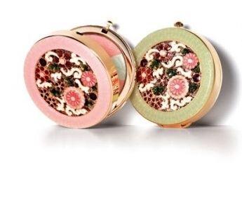 雪花秀2009花釉香粧盒&花釉彩妍盒以外圍環繞著粉紅、粉綠的顏色來區分,內圈則呈現出繁花盛開的圖案,看起來華麗又有大自然生意盎然的氣息。