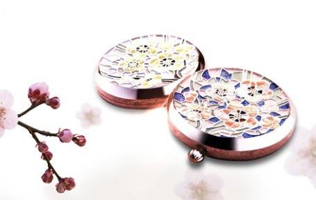 雪花秀2008花釉香粧盒&花釉彩妍盒類似馬賽克的小方塊,拼貼出的朵朵梅花圖案,透過色彩搭配,例如桃紅與藍色的組合,讓圖案看起來更生動活潑。